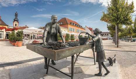 Quelle: Stadt Schwetzingen; Fotograf: Tobias Schwerdt SZ_SpargelfrauSchloPla_9495.jpg